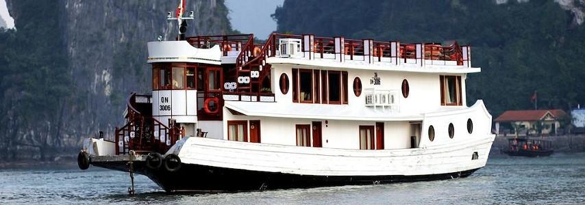 Jonque Oriental sails Halong